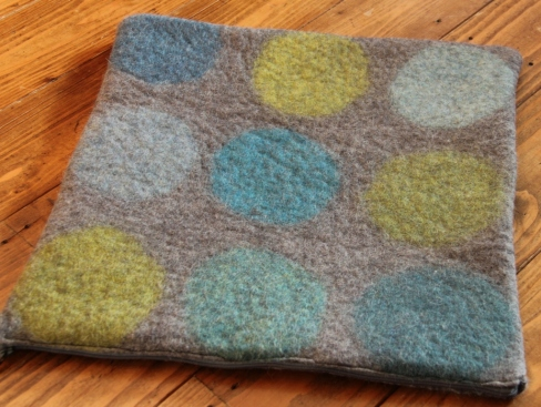 A cushion for my sister, a first attempt at felting a pattern