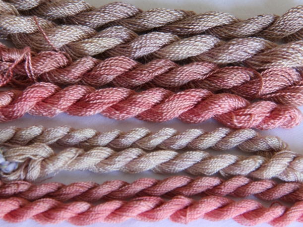 silk didn't absorb the colour quite as strongly as wool so most of my silk skeins look quite pink. The copper mordanted silk  looked more like grey, so it's not really a combination I will try and repeat in the future.